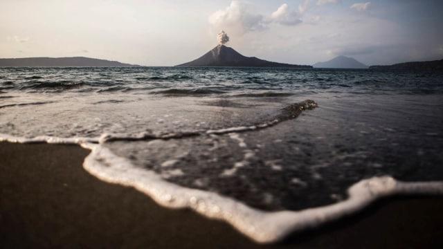 Gunung Anak Krakatau Muntahkan Abu Vulkanik