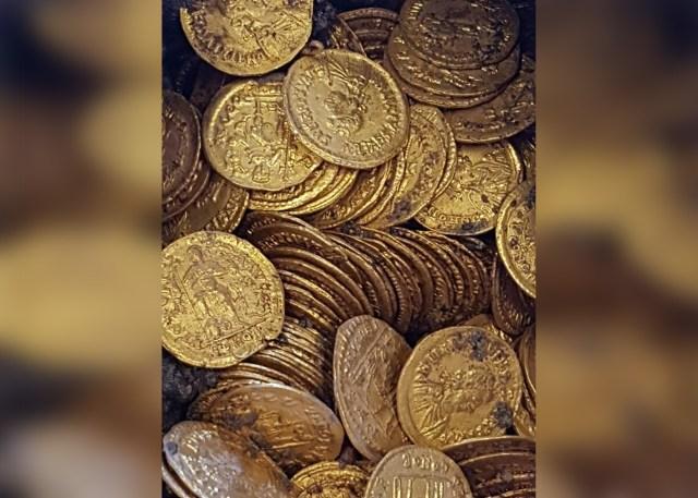 Tukang Bangunan Temukan 300 Koin Emas Kuno di Gedung yang Terbengkalai (82301)
