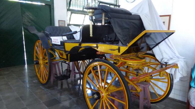 Kereta kencana dalam museum di Yogyakarta