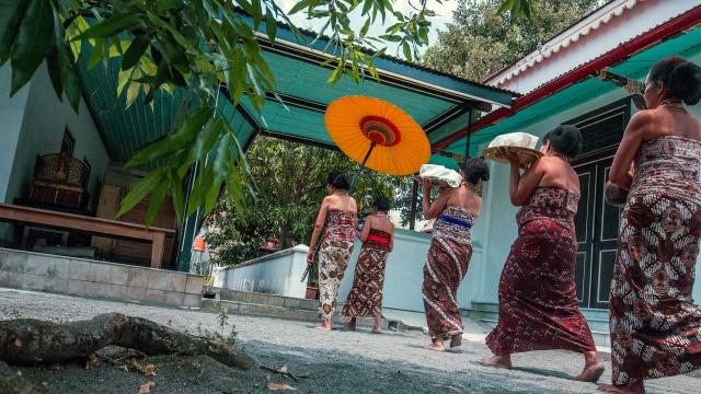 Abdi dalem Kraton Yogyakarta membawa hidangan