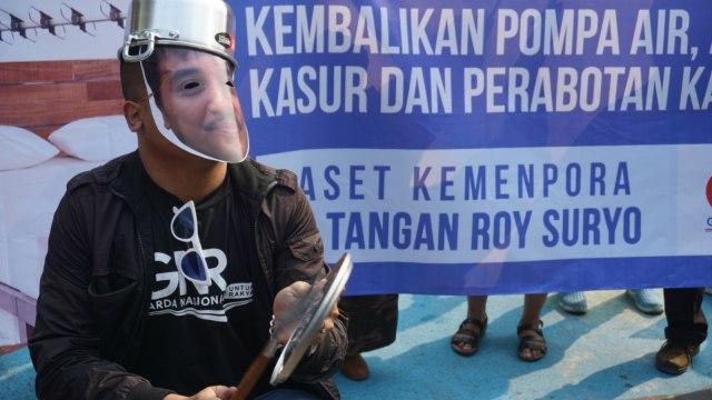 ROY SURYO, LIPSUS, Demo tuntut kembalikan aset kemenpora dari Roy Suryo