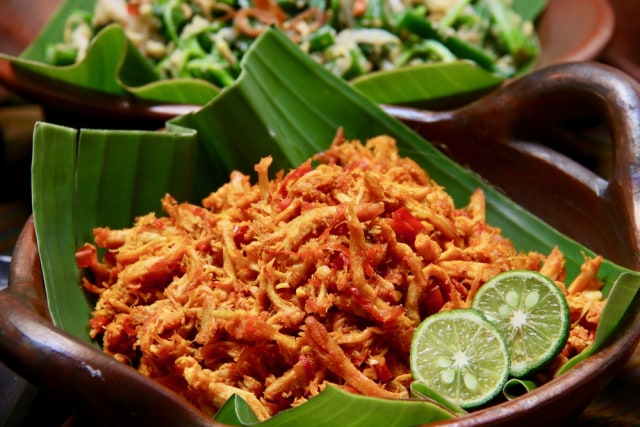 Resep Masakan: Ayam Suwir Bumbu Bali yang Gurih Pedas (253941)