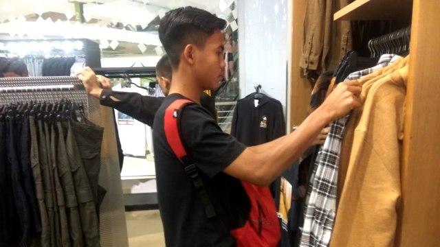 Pemain Timnas U-16 David Maulana berbelanja di Bukit Bintang
