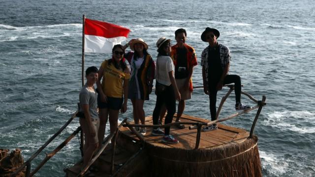 Para travel vlogger yang sedang berfoto di Pantai Timang