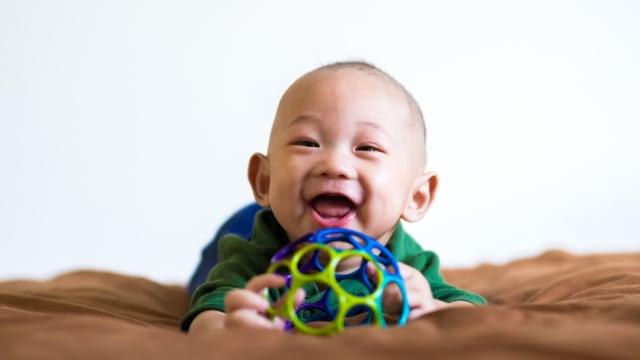 Mainan bola untuk memacu bayi merangkak