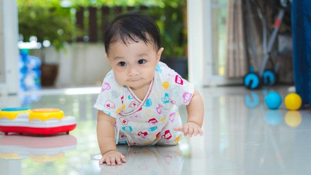 Bayi merangkak.