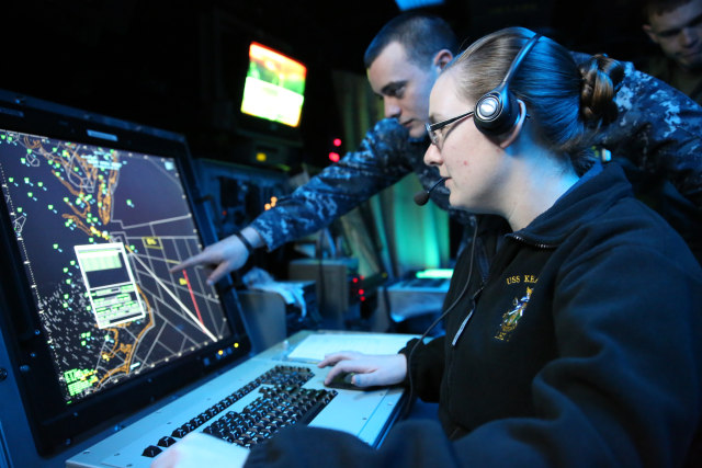 Petugas Air Traffic Controller Sedang Berkoordinasi