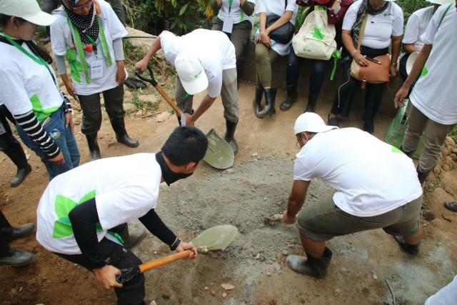 com-Sobat Air ADES ikut membangun bak penampungan air bersih di Nteweng, NTT