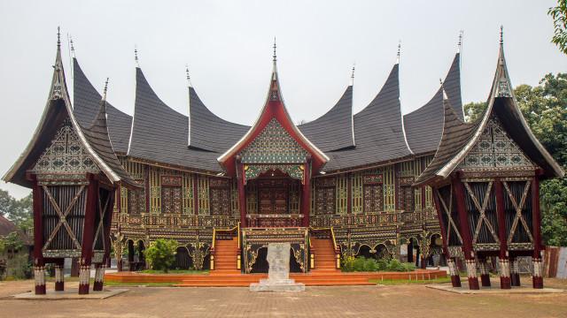 Rumah Gadang Rumah Adat Sumatera Barat Yang Berbentuk Tanduk Kerbau Kumparan Com