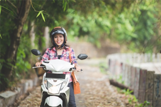Ilustrasi pengendara motor wanita