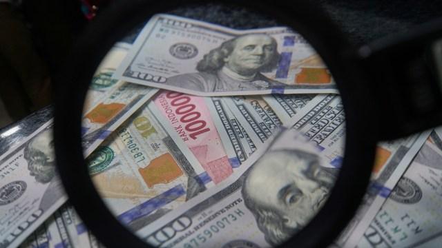 Uang dolar dan rupiah