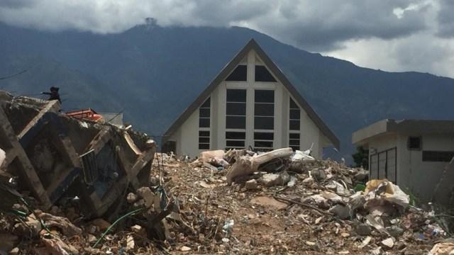 Gereja IFGF yang Tegap Berdiri di Antara Reruntuhan Hotel Roa Roa (80494)