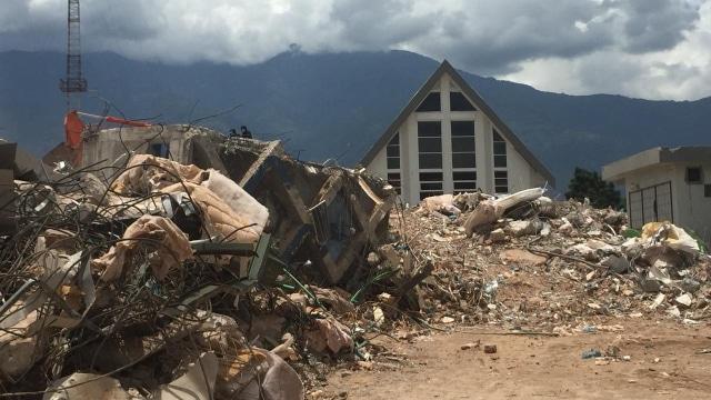 Gereja IFGF yang Tegap Berdiri di Antara Reruntuhan Hotel Roa Roa (80495)