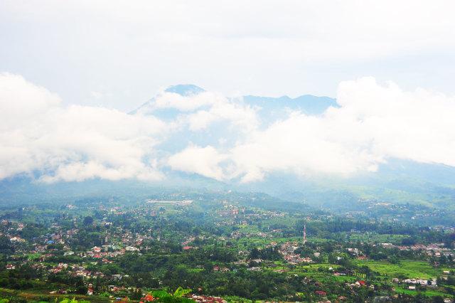 Puncak Gunung Salak Tertutup Awan