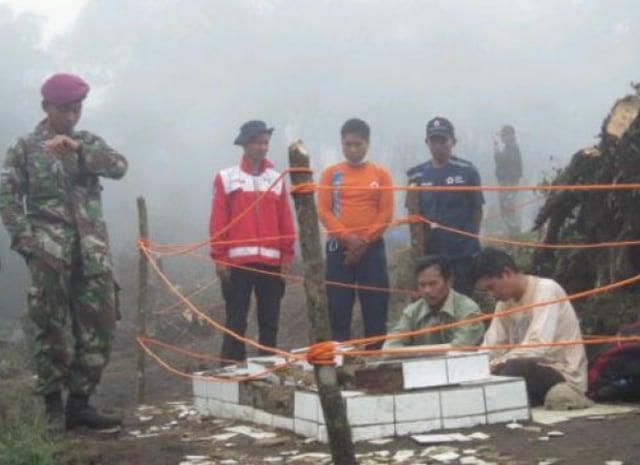 Makam Di Puncak Gunung Salak I, Jawa Barat