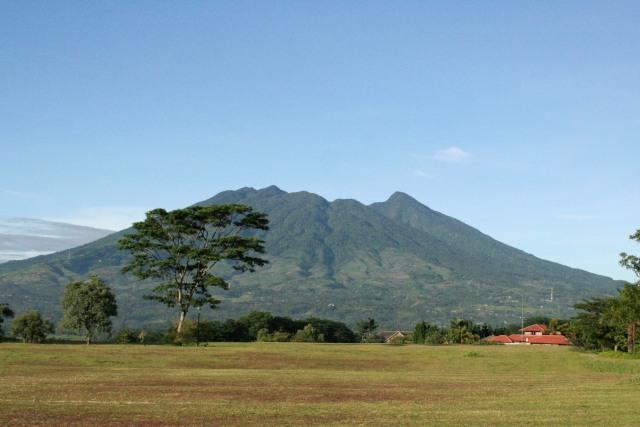 View Puncak Gunung Salak di Jawa Barat