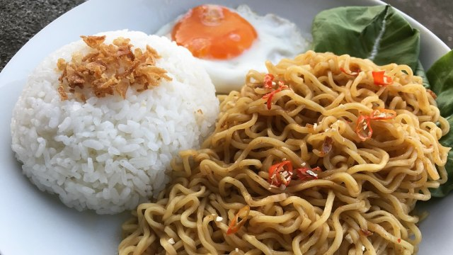 Ilustrasi mi instan dan nasi