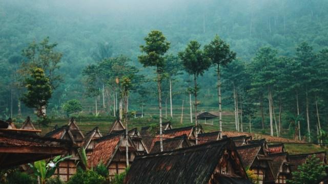 Pemandangan Gunung Salak dari pemukiman warga