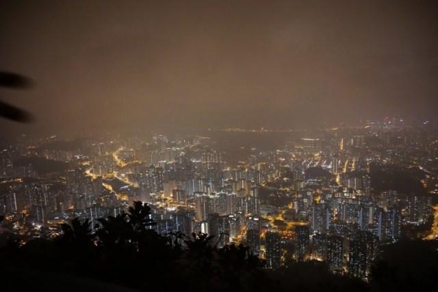 Pemandangan malam hari dari atas bukit Lion Rock