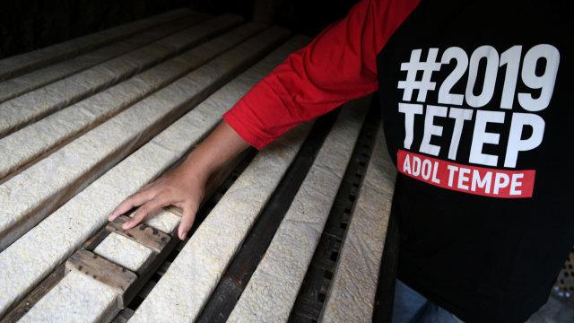 Pekerja memproduksi tempe, kawasan Kemayoran, Jakarta