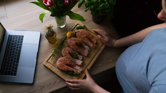 Ilustrasi ibu hamil makan ikan