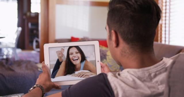 5 Tips Jalani Hubungan Asmara yang Sehat Meski Terpisah Jarak Jauh (57300)
