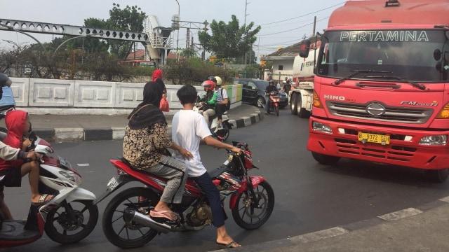 Pelanggar lalu lintas di simpang Pasar Minggu