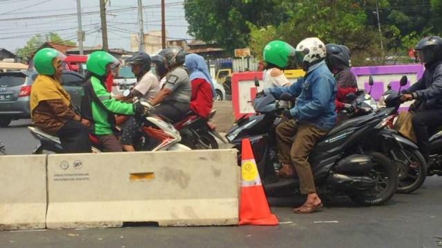 Potret pengendara sepeda motor yang melawan arus di perempatan Pasar Minggu