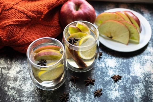 Potongan Apel di dalam Air Lemon