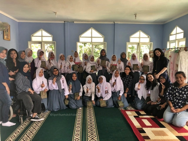 Keseruan Tim LUD Berbagi Lipstik Di Sekolah SLBN 02 Jakarta (29115)