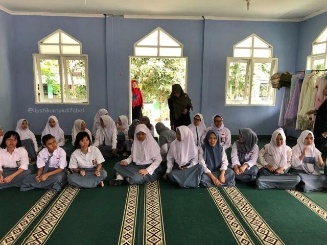 Keseruan Tim LUD Berbagi Lipstik Di Sekolah SLBN 02 Jakarta (29116)