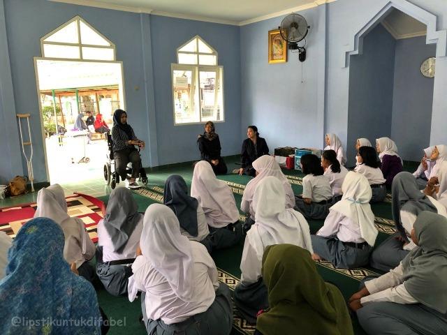 Keseruan Tim LUD Berbagi Lipstik Di Sekolah SLBN 02 Jakarta (29117)