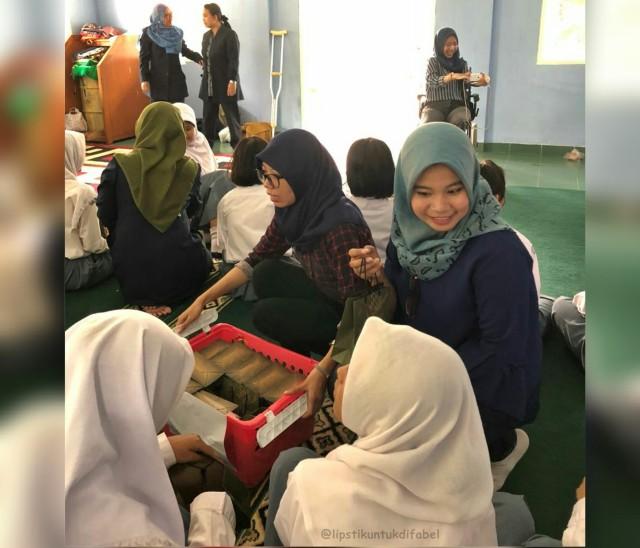 Keseruan Tim LUD Berbagi Lipstik Di Sekolah SLBN 02 Jakarta (29118)