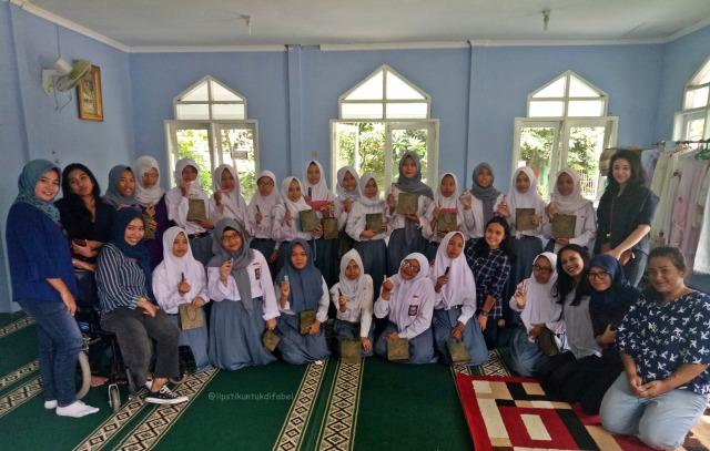 Keseruan Tim LUD Berbagi Lipstik Di Sekolah SLBN 02 Jakarta (29119)