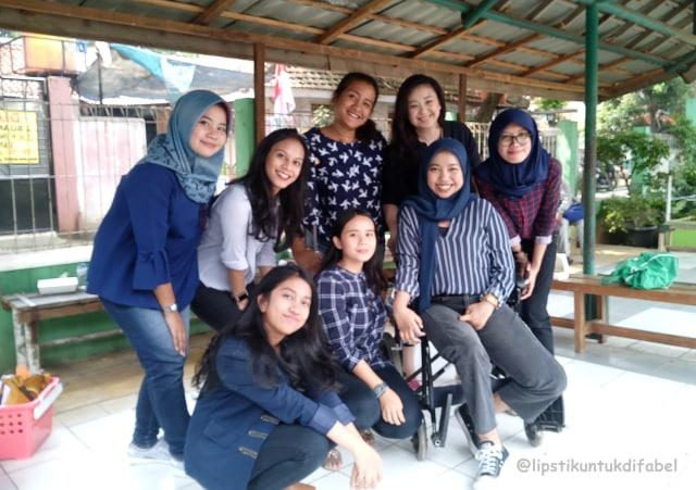 Keseruan Tim LUD Berbagi Lipstik Di Sekolah SLBN 02 Jakarta (29120)