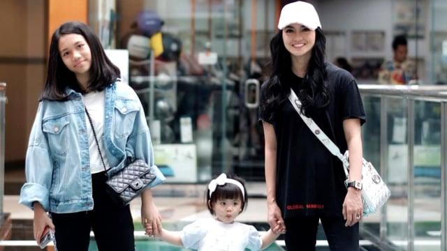 Ririn Ekawati dan kedua anaknya