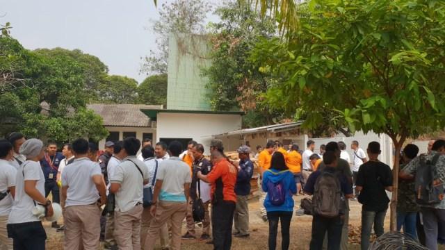 Foto: 2 Tersangka Peragakan Tembakan yang Menyasar ke Gedung DPR (21856)