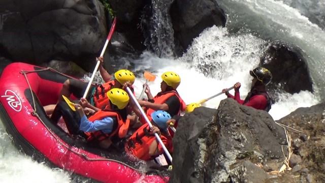 Menguji Adrenalin Di Rainbow Rafting Pemalang Kumparan Com