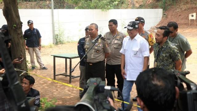 Foto: 2 Tersangka Peragakan Tembakan yang Menyasar ke Gedung DPR (21854)