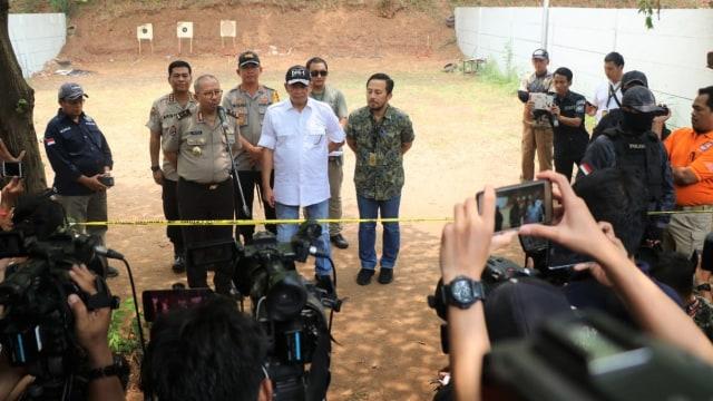 Foto: 2 Tersangka Peragakan Tembakan yang Menyasar ke Gedung DPR (21853)
