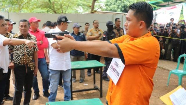 Foto: 2 Tersangka Peragakan Tembakan yang Menyasar ke Gedung DPR (21851)