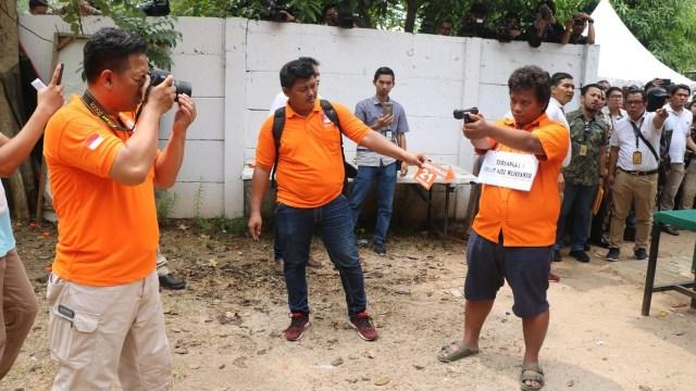 Foto: 2 Tersangka Peragakan Tembakan yang Menyasar ke Gedung DPR (21852)
