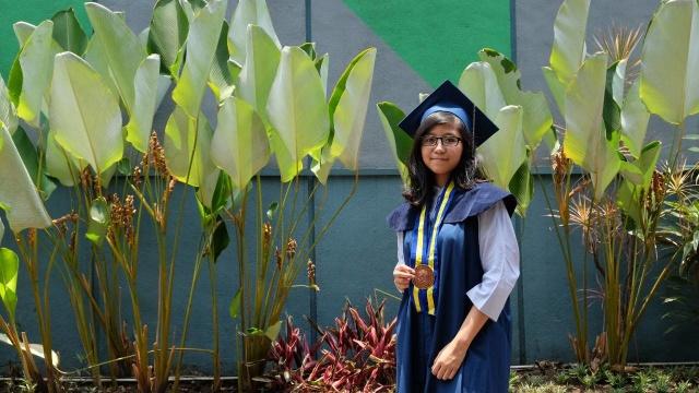 Kalyana Anjani saat menjajal baju wisuda ITB