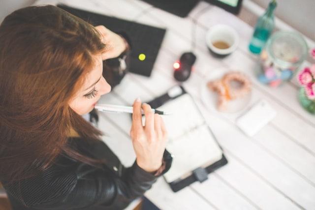 Ilustrasi perempuan yang sedang bekerja