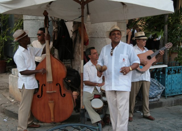 Musikus di sudut kota Kuba