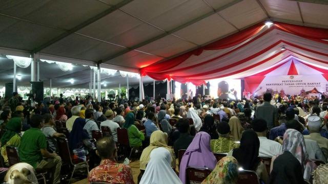 Jokowi Serahkan 5.000 Sertifikat Tanah di Kebayoran Lama, Jaksel (1059521)
