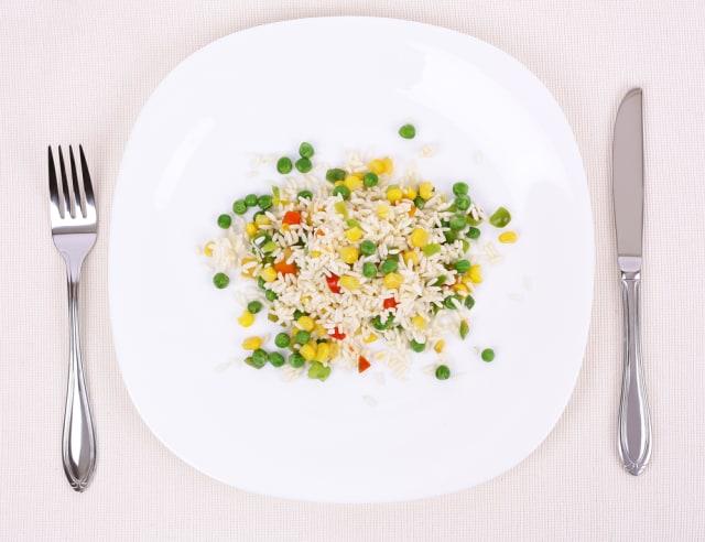 Piring ukuran besar membuat porsi makanan terlihat lebih sedikit