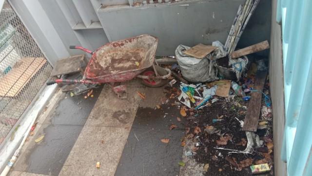 Skywalk Cihampelas Kini: Tanaman Rusak, Sampah Berserakan (19079)