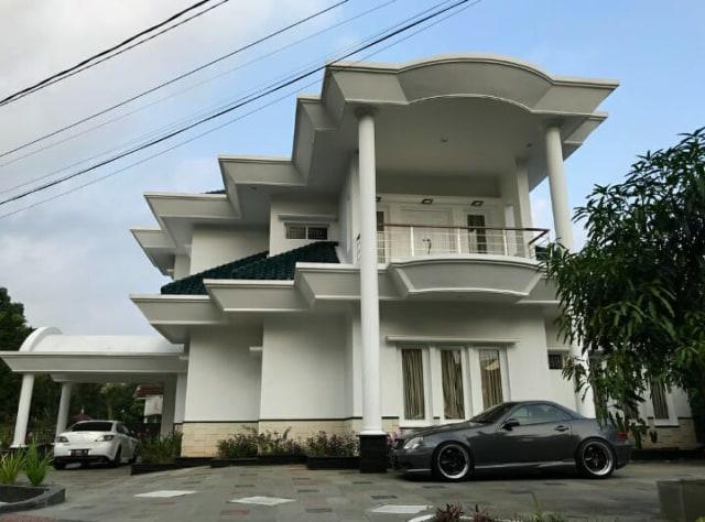 Intip 7 Sudut Rumah Megah Desy Ratnasari Ada Deretan Mobil Mewah Kumparan Com