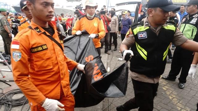 Tim Dokter Satukan Setiap Potongan Tubuh Korban Lion Air Melalui DNA (746536)